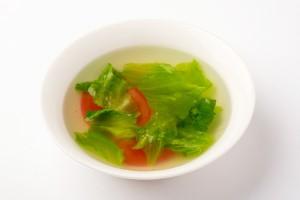 トマトとレタスの中華スープの写真